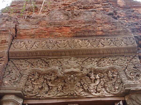 門楣上的雕刻還很完整