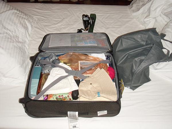 老蔡的行李箱! 你以為她東西很少嗎?