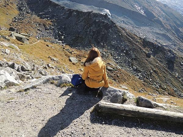 寂寞的人坐著看山