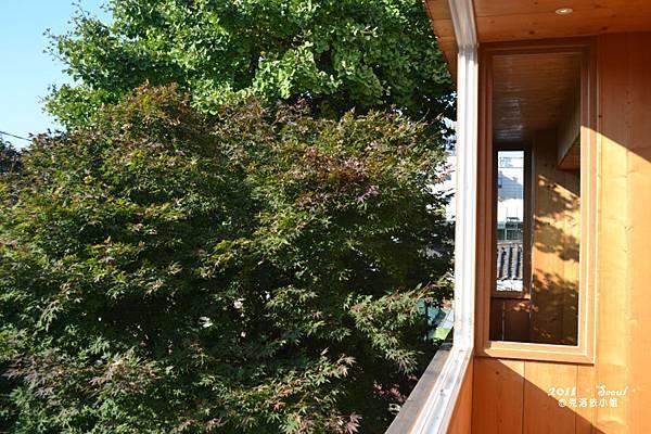 大大的陽光可以灑進來,裝上窗戶後一樣可以得到溫暖的陽光,但沒有冷颼颼的風囉