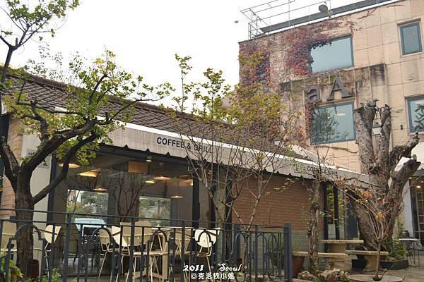 一旁的咖啡店
