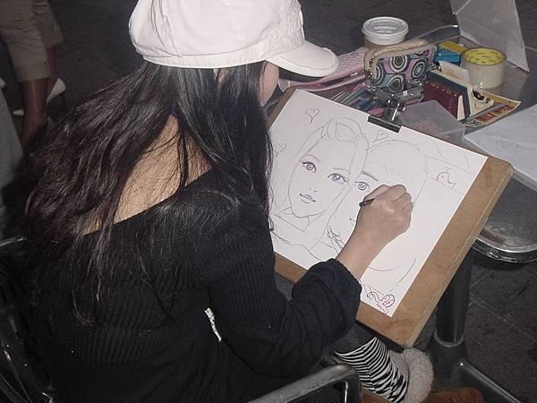 美麗的凱琳老師專心畫著