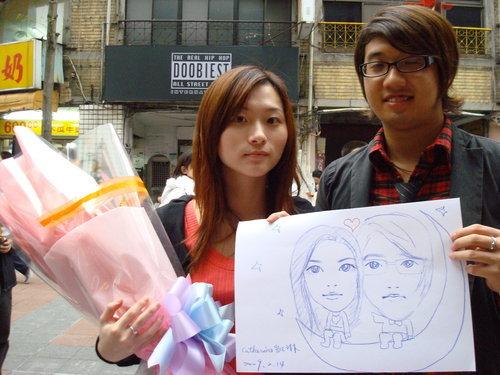 甜蜜的情侶,手上的鮮花是男友剛剛才送的