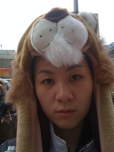 獅子帽,帽沿模仿獅子尾巴長度及腰喔