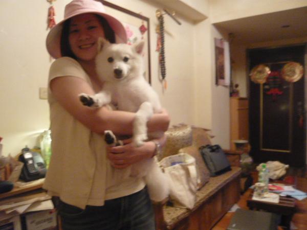 戴著狗阿嬤送的帽子拍一張