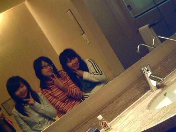 薇風飯店-對著鏡子