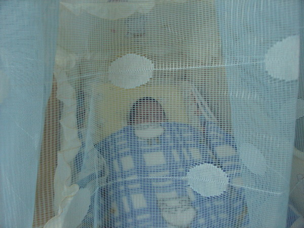 我睡在嬰兒床裡面…