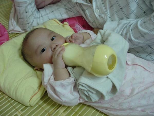 喝很久~喝到Schnappi睡了 因為洞太小了 最後換奶瓶頭