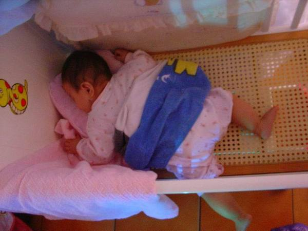 2006-09-18的schnappi不准是正睡反睡腳都會伸