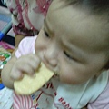 2006-09-19的schnappi終於可以吃餅乾了^^