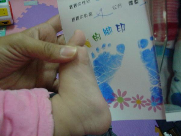 現在的腳是11個月的 和一出生時的腳比大小