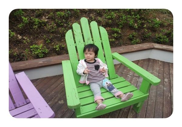 椅子造型像隻坦開的手掌
