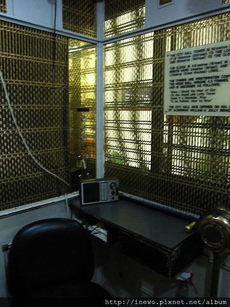 前往中樓的電梯是真的古早電梯!