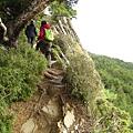 在峭壁崖邊上行
