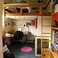 是一個有小隔樓的房間