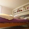 原來床是紫色的 難怪這麼對我的味
