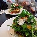 點了一個fuccica & corn salad