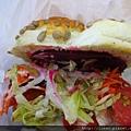 超大的三明治!!夾了滿滿的生菜還有甜菜根!