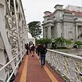 走完這座橋就到獅子身邊 卻下起豪大雨 被迫回車上