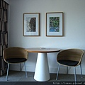 房間內有兩張餐椅