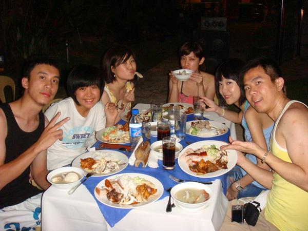 在綠光渡假村的沙灘上吃晚餐