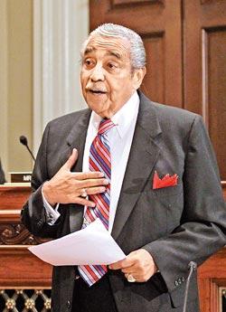 他是美國眾議院歲入委員會(稅率、健保、規費等,皆由這個委員會主審)前主席藍格(Charles Rangel,見右圖,美聯社)。.jpg