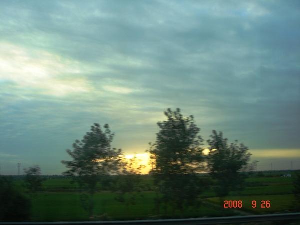 蘇州往鹽城車上拍的夕陽.JPG
