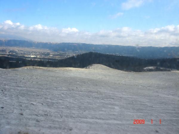 地上白白的是雪耶.JPG
