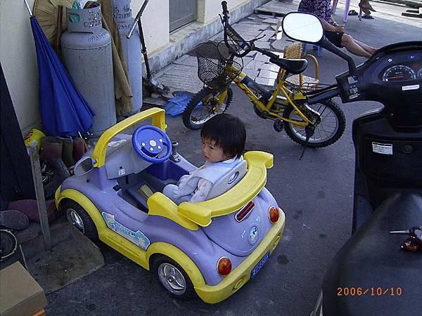 最喜歡坐這台車車(是堂哥的喔)