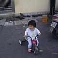 也開始在學騎小三輪車