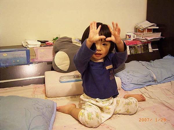 在床上媽媽幫我拍跳舞~手舉高