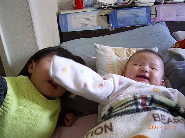妹妹妳笑得太開心~擋到我的臉了啦~