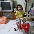 妃妃騎著媽媽新牽的腳踏車