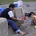 妃妃難得到沙灘上玩沙