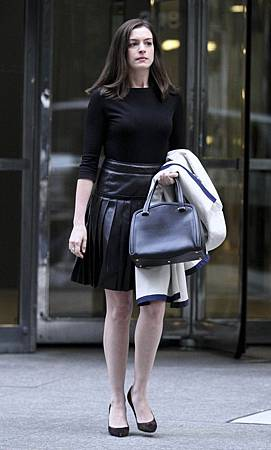 anne-hathaway-on-the-set-of-the-intern-in-new-york-city_1.jpg