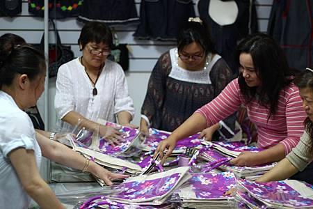 家扶愛心小舖的單親媽媽們熬夜趕工製作手提袋.jpg