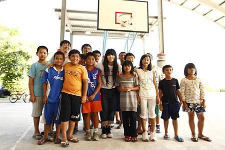 4-阿妹,展望會會長杜明翰(左3)與參與生命教育活動的孩童們合照.JPG