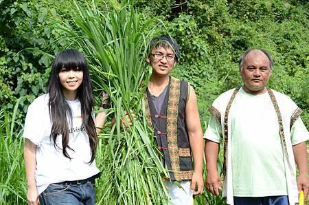 2-阿妹與受助童小恩及小恩的爸爸一同割牧草.JPG