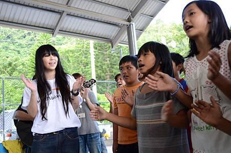 3-阿妹參與展望會舉辦的部落兒童生命教育活動,與孩童們一起唱歌.JPG