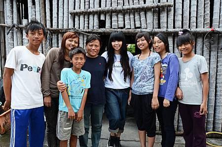阿妹探訪受助童小如的家庭.JPG