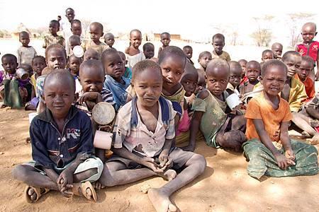 在肯亞得卡那(Turkana)地區的學校餵食方案,不但讓孩子可以不用為找尋食物輟學,他們還能帶部分食物帶回家與家人分享(台灣世界展望會提供)A.JPG