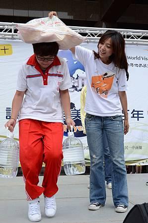 06陳綺貞與民眾挑戰提水頂物任務-台灣世界展望會提供.JPG