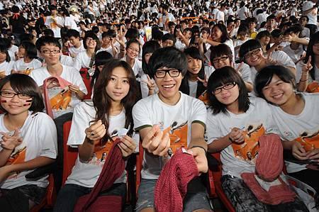 代言人盧廣仲、陳綺貞與營友縫製防寒組-台灣世界展望會提供1000730.JPG