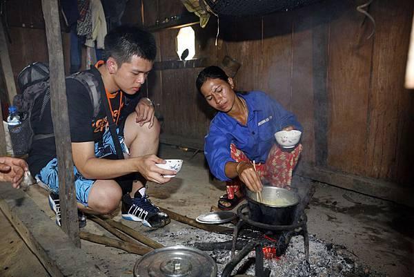越南梯次學員李國熙,與當地婦女學習如何為兒童準備營養美味的餐點。(台灣世界展望會提供)