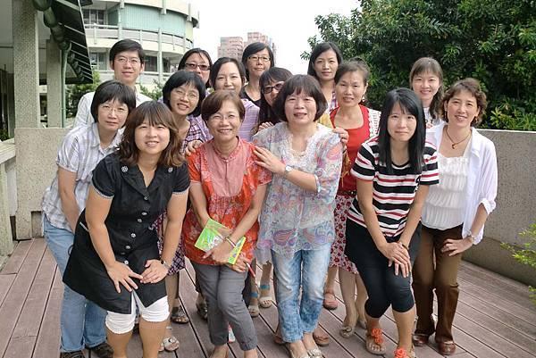 前三屆參與資助的楊理茹老師(前排左一)、莊鳳凰老師(前排左二)及吳華亭老師(前排左三)與今年資助的九年級12個班級導師合照(世界展望會提供)