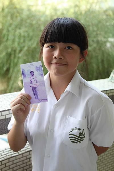 九年級的莊軒宇同學拿著查德資助童的照片(世界展望會提供)