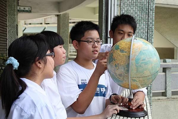 與資助童的連結讓九年級學生陳翰平(右二)開始想認識查德這個國家,很希望有機會能夠更多認識資助童,分享彼此的生活_03(世界展望會提供)