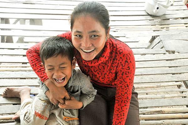 在柬埔寨,透過良好的衛生教育,27歲的媽媽索芳不再擔心兒子但理的健康。(台灣世界展望會提供)