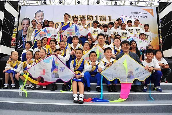 楊祐寧與蒙古藍天兒童合唱團 台灣兒童合唱團 一起展現彩繪風箏的成果(台灣世界展望會提供)
