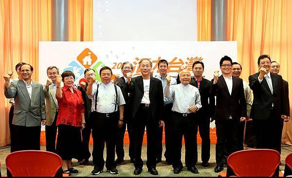 來自10個不同縣市的教會牧者們,一同大力倡導:「活力台灣、幸福家庭、快樂義走」(台灣世界展望會提供)